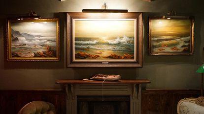 O salão principal do Walled-Off Hotel, com as três paisagens marinhas leiloadas na Sotheby's por 16 milhões de reais.