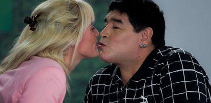 Maradona beija sua namorada Rocío Oliva.