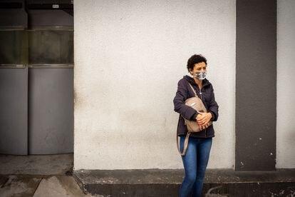 Gislene, também com sintomas de covid-19, espera do lado de fora do Hospital Municipal Tide Setúbal, em São Paulo, para ter notícias de seu marido, internado na unidade, na tarde fria de 14 de maio de 2020.