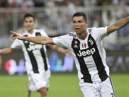 Cristiano Ronaldo e Dybala comemoram o único gol da Supercopa.