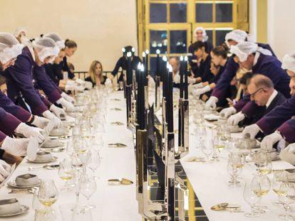 Mesa inspirada nos jantares reais no restaurante Oré de Alain Ducasse, no palácio de Versalhes de Paris.