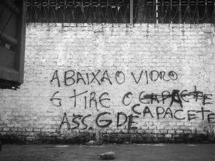 Muro de Serviluz, em Fortaleza, indica área controlada pelo GDE.