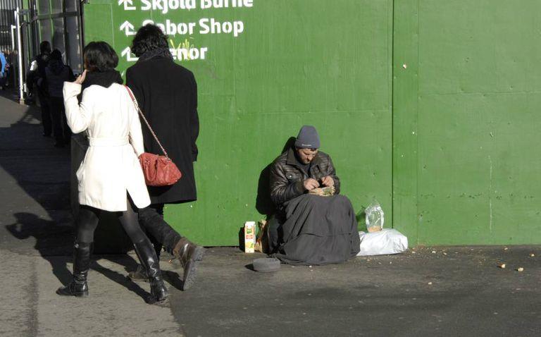 Um mendigo estrangeiro pede nas ruas de Copenhague (Dinamarca) em fevereiro de 2015.