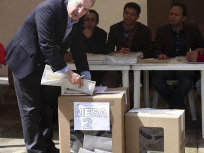O ex-presidente da Colômbia Álvaro Uribe vota neste domingo. Ele concorre a uma vaga no Senado de seu país.