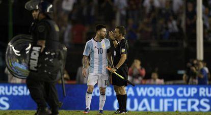 Messi ao final do jogo contra Chile, quando insultou o árbitro assistente.