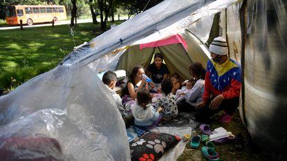 Imigrantes venezuelanos que procuram voltar a seu país, em um acampamento improvisado em Bogotá.