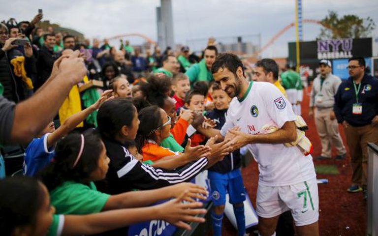 Raúl cumprimenta crianças depois do triunfo do Cosmos, no sábado.