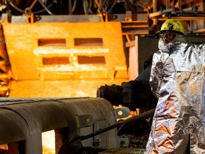 Foto de arquivo mostra trabalhador na usina de Ipatinga, Minas Gerais.