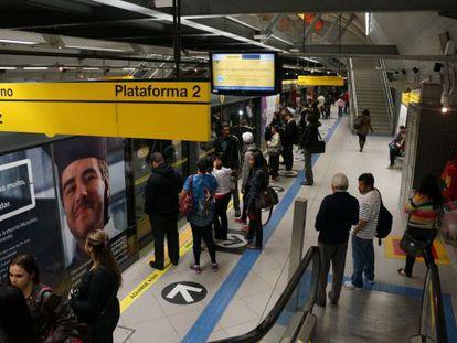 Plataforma de uma estação de metrô em São Paulo.