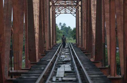 Um homem caminha sobre o trilho do trem em Arriaga (Chiapas).
