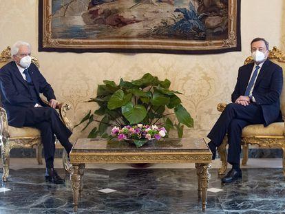 O presidente da Itália, Sergio Mattarella (à esq.), durante reunião com Mario Draghi no Palácio do Quirinal, na quarta-feira.