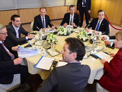 Os líderes da UE reunidos com Tsipras.