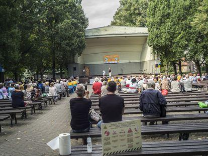 Espectadores esperam o início de um espetáculo de dança em Riga (Letônia), no final de agosto.