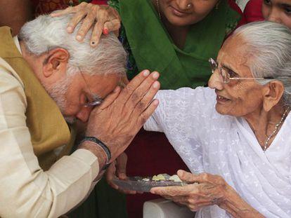 Modi recebe a bênção de sua mãe, de 90 años. / Reuters-LIVE! / AP