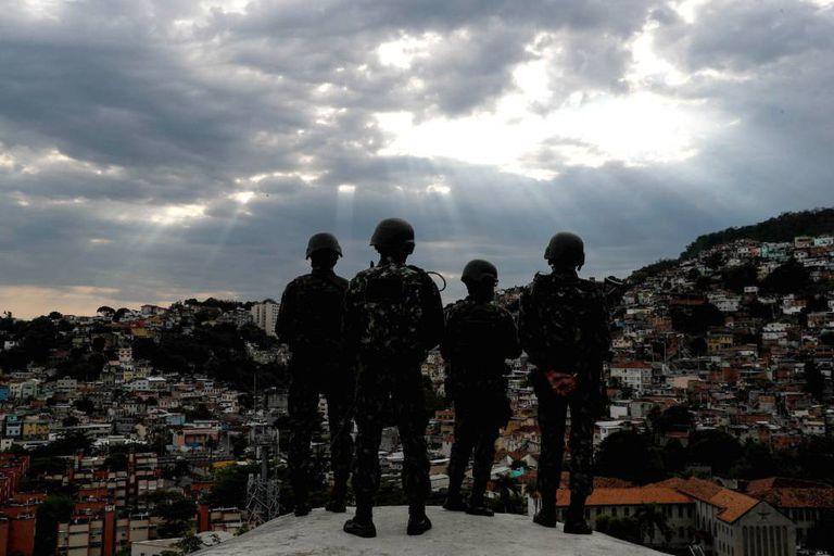 Um país farto da violência: membros das Forças Armadas em operação em uma favela do Rio