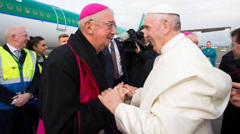 O papa Francisco com o arcebispo de Dublin, Diarmuid Martin, neste domingo na Irlanda