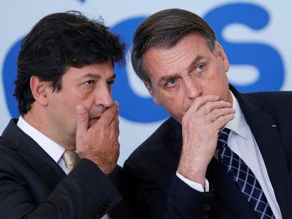 O presidente Jair Bolsonaro conversa com o ex-ministro da Saúde do Brasil, Luiz Henrique Mandetta, em 2019.