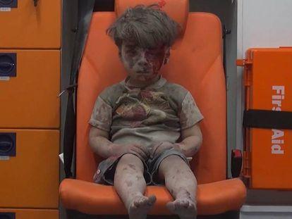 Menino sentado em uma ambulância em vídeo divulgado pelo Aleppo Media Center (AMC), grupo ativista contrário ao Governo sírio.