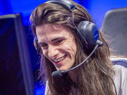 Isaac Flores jogando um videogame no computador.