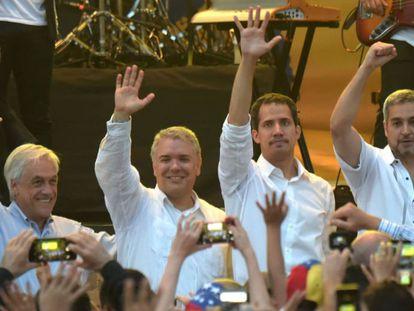 Guaidó em Cúcuta, na Colômbia, ladeado pelos presidentes colombiano e chileno.