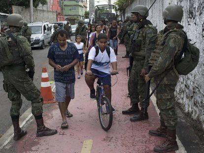Militares fazem patrulha no Rio de Janeiro.