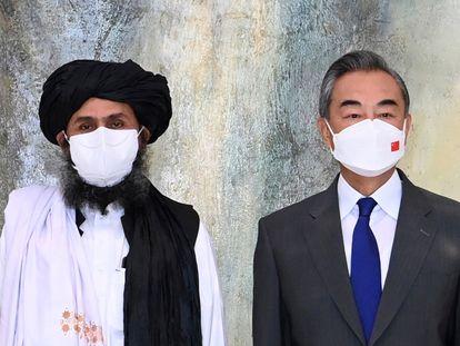 O cofundador da milícia talibã, Abdul Ghani Baradar, e o ministro das Relações Exteriores chinês, Wang Yi, em sua reunião em Tianjin (China) em 28 de julho.