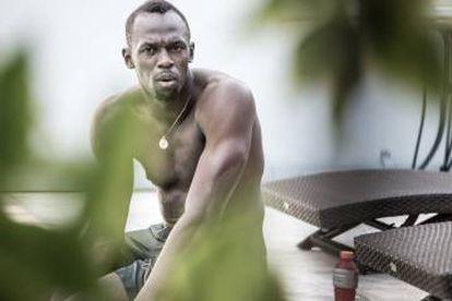 Usain Bolt em sua casa, depois de uma sessão de natação para se recuperar de uma lesão no tornozelo ocorrida no início do ano.
