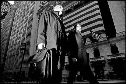 Dois homens passam diante da Bolsa de Nova York em 2008, ano do começo da Grande Recessão.