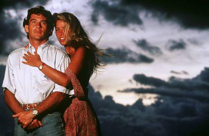 """Ayrton Senna com sua namorada, a modelo Adriane Galisteu, em férias no Brasil em fevereiro de 1994. """"Quando o conheci, eu tinha 19 anos, e ele, 31. Nos divertíamos muito e acho que eu dava jovialidade a sua rotina, que estava cheia de responsabilidades"""", disse a brasileira em 'Caminho das Borboletas', livro em que recordava sua história de amor com o piloto."""