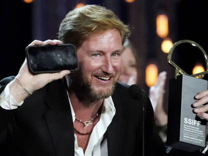O diretor Paxton Winters, com a Concha de Ouro e o telefone com que se conectou com os habitantes da Morro dos Prazeres, neste sábado em San Sebastián.