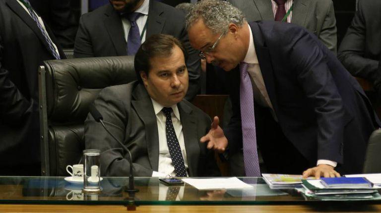 Rodrigo Maia ouve o relator da reforma política, Vicente Cândido (PT).