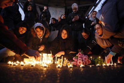 Vigília em Teerã neste sábado pelas 176 vítimas do avião ucraniano.