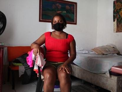 Sandra Leonora Gusmão, que de abril até dezembro recebeu o auxílio emergencial, no quarto que aluga em São Luís, capital do Maranhão.
