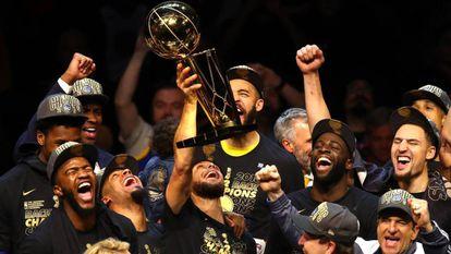 Stephen Curry levanta o troféu