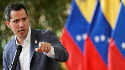O líder oposicionista venezuelano Juan Guaidó fala a jornalistas em Caracas, em 9 de abril de 2021. Em vídeo, a mensagem lançada nesta terça-feira por Guaidó para buscar uma solução à crise do país mediante um processo de negociação.