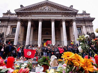 Multidão se reúne em solidariedade as vítimas.