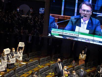 Parlamentares protestam enquanto Jair Bolsonaro discursa no Congresso.
