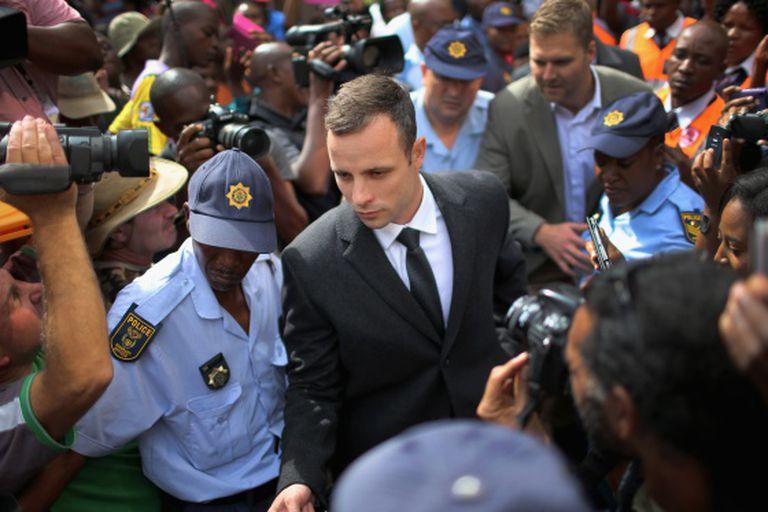 Oscar Pistorius deixa o tribunal depois do quinto dia de julgamento.