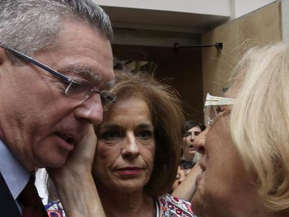 Carmena é felicitada por Garrafa e Gallardón.