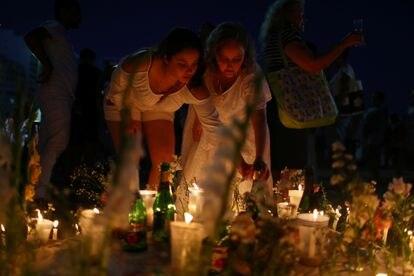 Fiéis fazem homenagem a Iemanjá na praia de Copacabana, no Rio de Janeiro, em ritual para o Ano Novo.