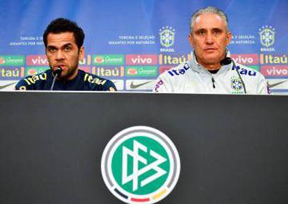 Daniel Alves e Tite falaram com a imprensa nesta segunda, no estádio Olímpico de Berlim.
