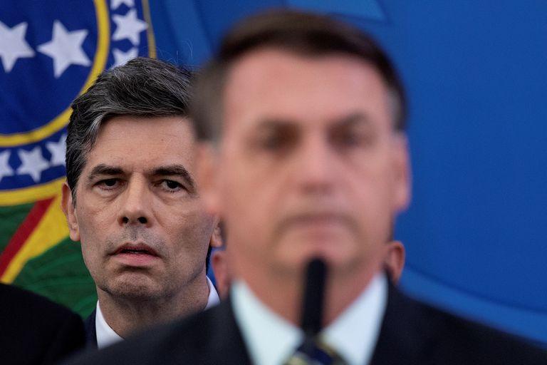 Ministro da Saúde Nelson Teich escuta pronunciamento do presidente Jair Bolsonaro sobre saída de Moro do Governo.