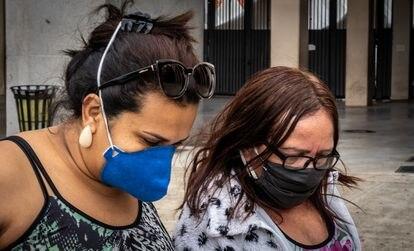 Adriana e a mãe, Conceição, que recebeu alta do hospital de campanha do Pacaembu, São Paulo.
