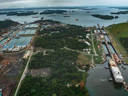 Imagem das novas e antigas eclusas do Canal do Panamá.