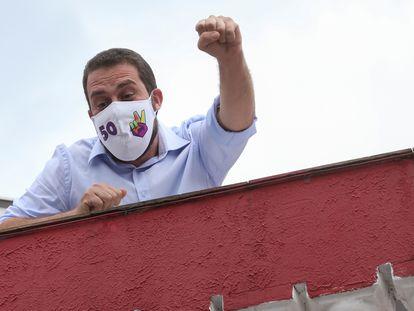 O candidato Guilherme Boulos em sua casa, neste domingo. Contaminado pela covid-19, o psolista não pode votar ou fazer campanha na reta final do pleito.