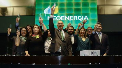 O presidente da Neoenergia, Mario Ruiz Tagle (ao centro), a presidenta-adjunta, Solange Ribeiro (à esq.), e o diretor de Finanças, Leonardo Gadelha (à dir.), durante a cerimônia de lançamento de ações da empresa na Bovespa, nesta segunda-feira.