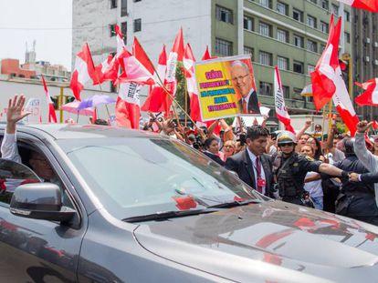 O presidente do Peru, Pedro Pablo Kuczynski, saúda apoiadores.