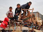 Varios niños subidos en un camión, en plena huida de la zona norte de Alepo, el 15 de febrero.