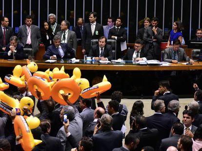 Oposição protesta em votação da lei de tercerização.