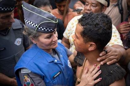 Mediadora da PM entra em acordo com Thiago Karai, uma das lideranças Guarani.